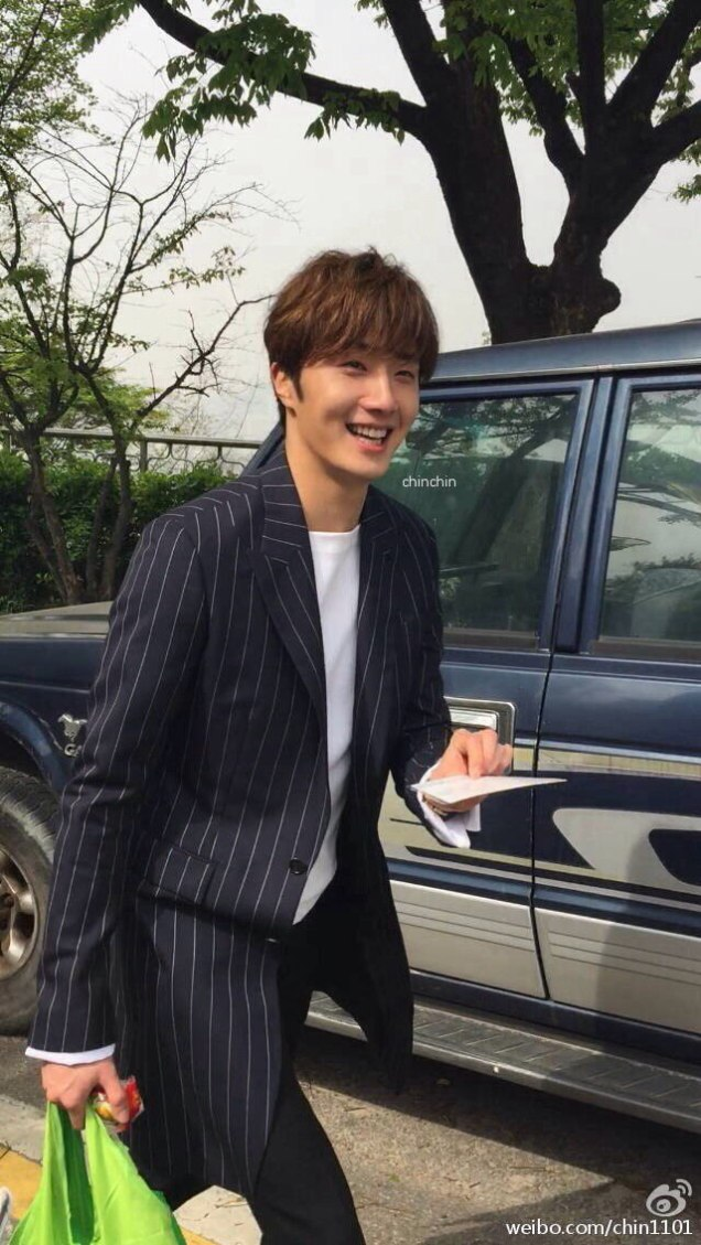 Jung Il-woo walking in the Ihwa Mural Village during the filming of Cinderealla and the Four Knights. Cr. 2015.24.9, DCIlwoo, Chinchin & Lovely_illim. 2016 16