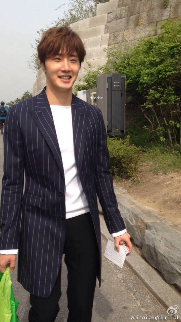 Jung Il-woo walking in the Ihwa Mural Village during the filming of Cinderealla and the Four Knights. Cr. 2015.24.9, DCIlwoo, Chinchin & Lovely_illim. 2016 18