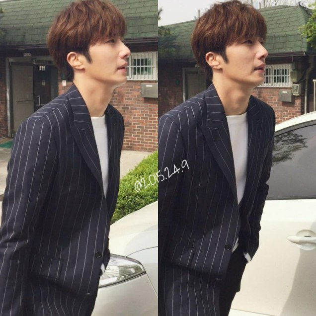 Jung Il-woo walking in the Ihwa Mural Village during the filming of Cinderealla and the Four Knights. Cr. 2015.24.9, DCIlwoo, Chinchin & Lovely_illim. 2016 3