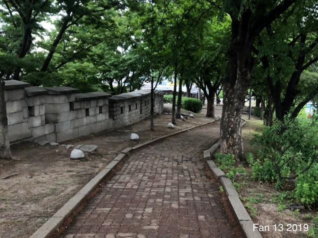 Walking along the Seoul City Wall: towards Dongdaemun Gate. By Fan 13