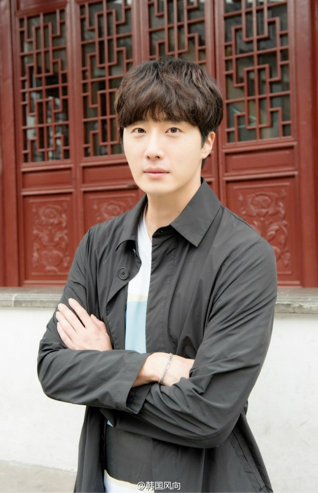 2016 11 Jung Il woo in photos promoting Star Shop. 13