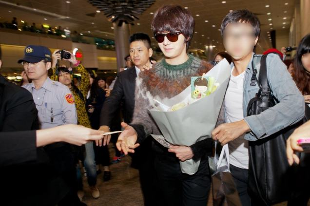 2012 10 23 Jung II-woo travels to Taiwan. Airport Arrival00012