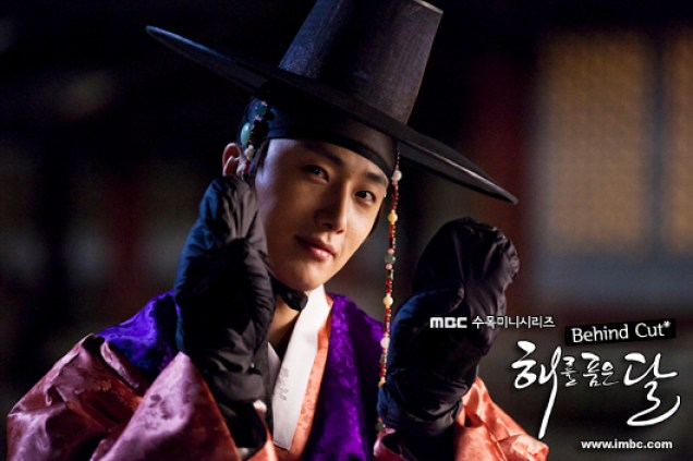 2012 2 Jung II-woo in The Moon that Embraces the Sun Episode 13 BTS 00026