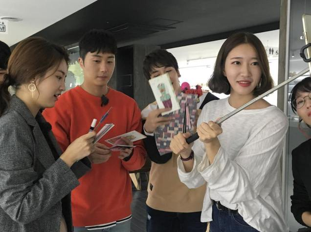 2016 11 Jung Il-woo in Star Shop. Interview with orange sweater and cast. 8