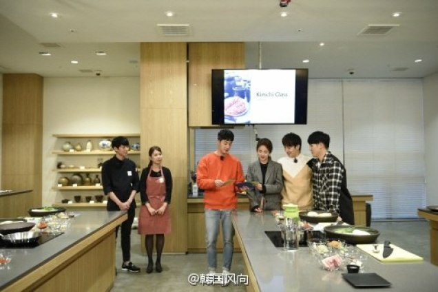 2016 11 Jung Il-woo in Star Shop. Interview with orange sweater. Cooking. 1