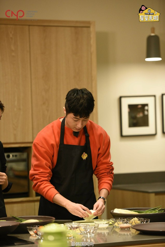2016 11 Jung Il-woo in Star Shop. Interview with orange sweater. Cooking. 10