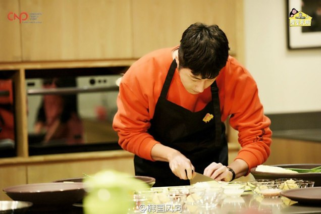 2016 11 Jung Il-woo in Star Shop. Interview with orange sweater. Cooking. 12