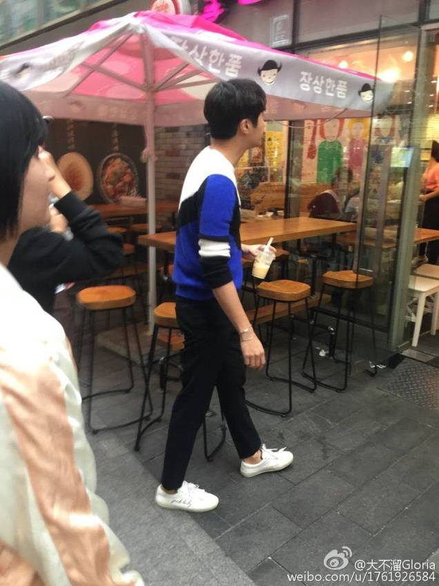 2016 Jung Il woo in Star Shop photos. Blue-White Sweater. 11