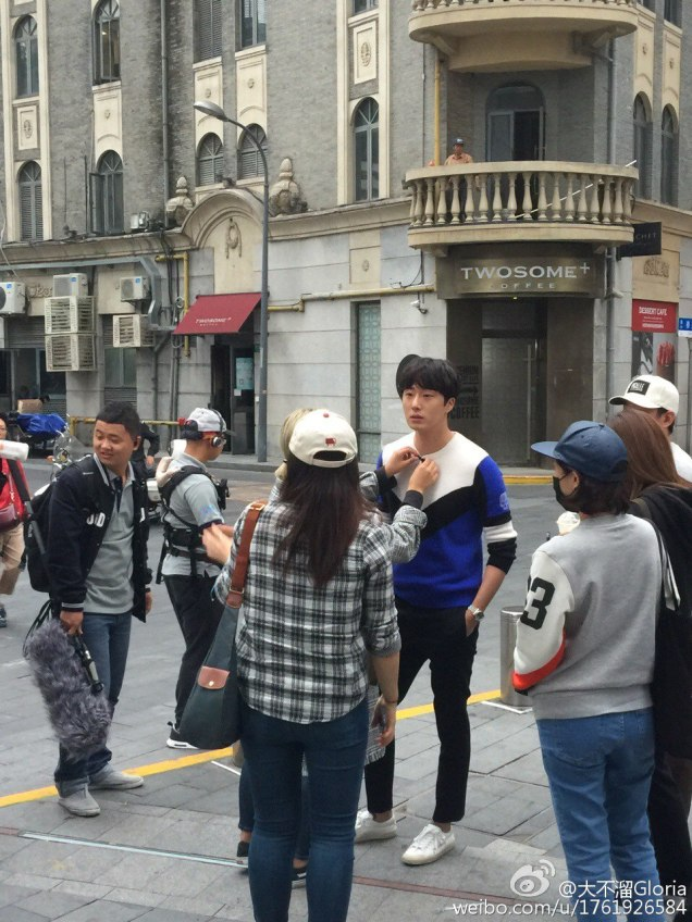 2016 Jung Il woo in Star Shop photos. Blue-White Sweater. 22