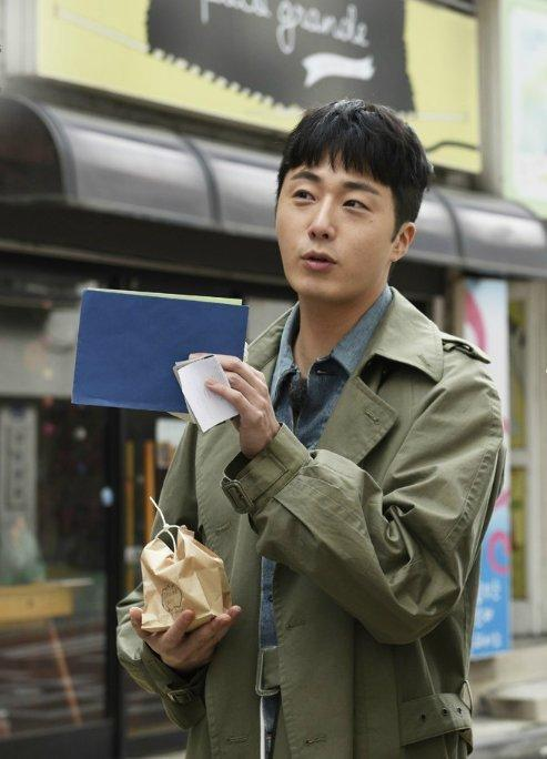 2016 Jung Il woo in Star Shop photos. Green overcoat. 12
