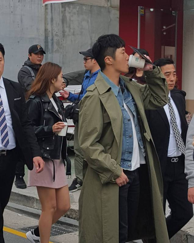2016 Jung Il woo in Star Shop photos. Green overcoat. 16