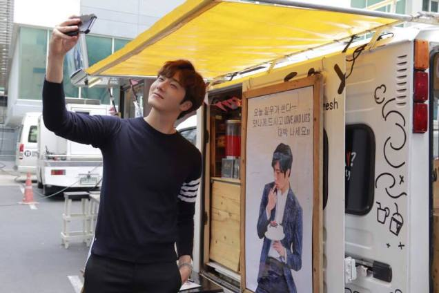Jung Il woo in Behind the Scenes of Love and Lies. Photos with fans. 4
