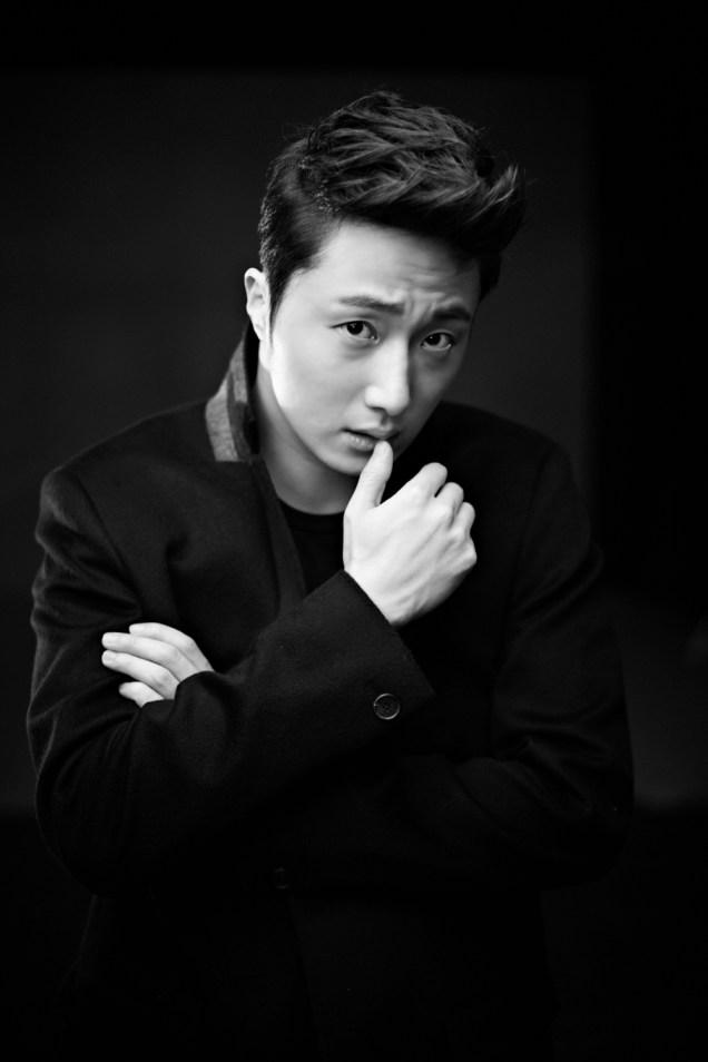 2013 10 Jung II-woo Rainbow Photo Shoot, Part 8 Black Jacket. Cr. Kwon Yoon-sung 00014