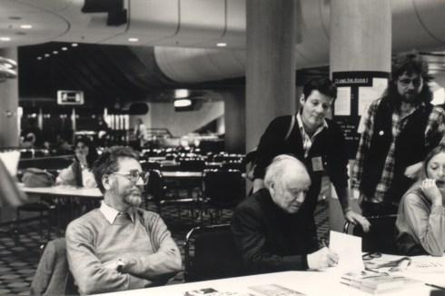 """Robert Jungk mit Erhard Eppler bei der Vorstellung des Buchs """"Menschenbeben"""" im Mai 1983 im Berliner ICC. Quelle: JBZ Salzburg"""