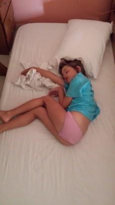 Komot bi menjali postelje, Lara rabi zelo malo prostora za spat!