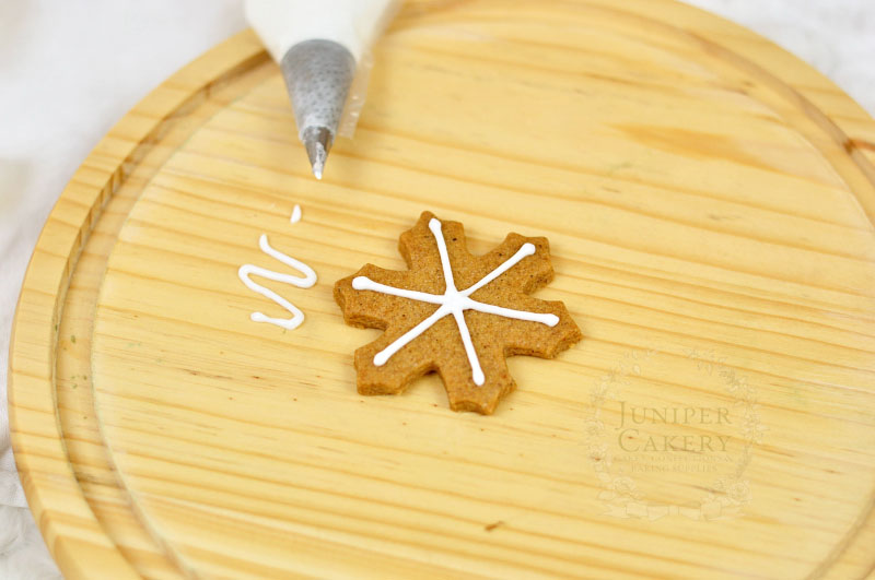 Tutorial for piping snowflake cookies for Christmas by Juniper Cakery