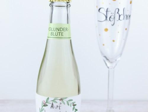"""Sektglas mit Handlettering """"Störchen"""" und Picollosekt mit Aquarell beschriftet Mädelsabend"""
