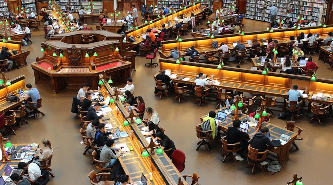 studenti nella biblioteca universitaria