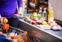 """Cliente chamado de """"surdo"""" e """"bicha"""" por caixa de supermercado será indenizado"""