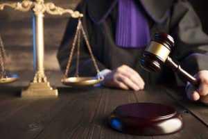 Repositor acusado de furto e encaminhado em público para delegacia recebe indenização