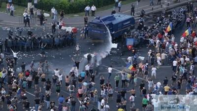 Oamenii protesteaza pentru a doua zi consecutiv in Piata Victoriei - video live 1