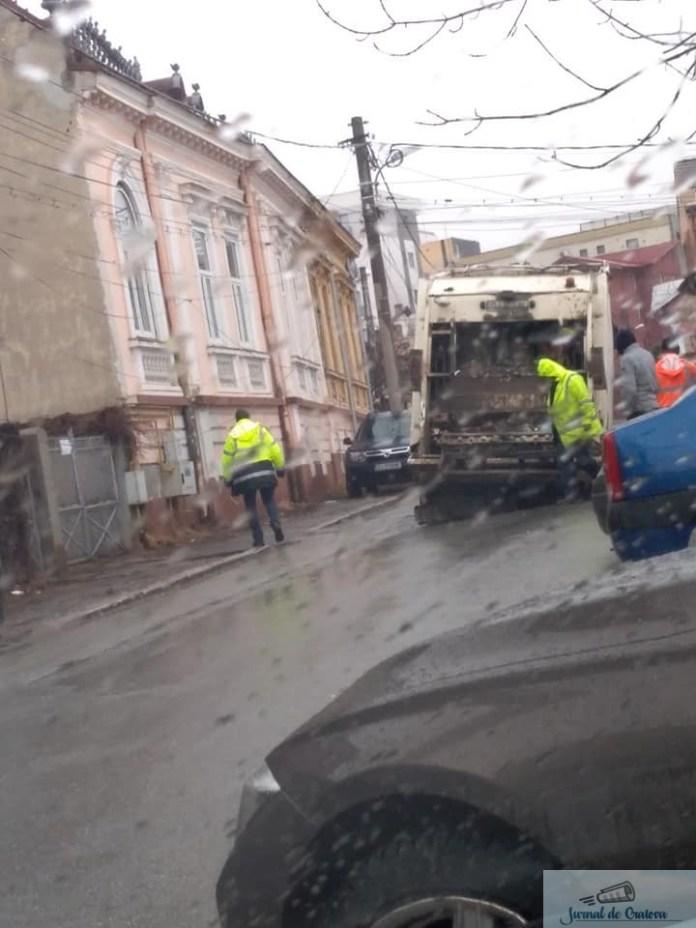 Incident:S-a rupt asfaltul sub o masina a Salubritatii Craiova 4