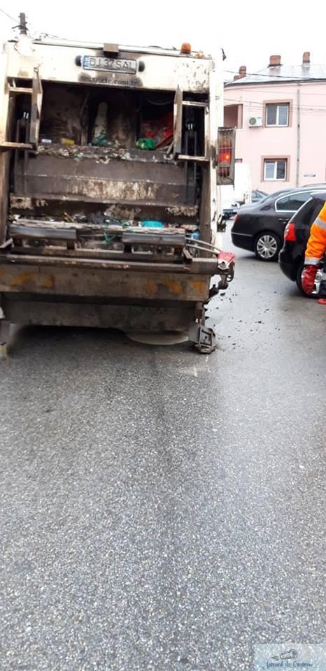 Incident:S-a rupt asfaltul sub o masina a Salubritatii Craiova 3