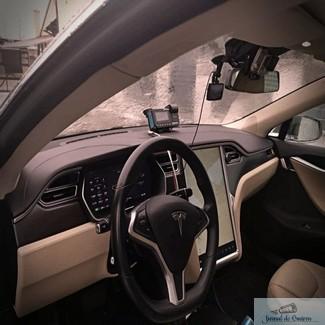Galerie Foto : Un roman face taxi cu Tesla Model S. In ce oras circula si ce tarif are !