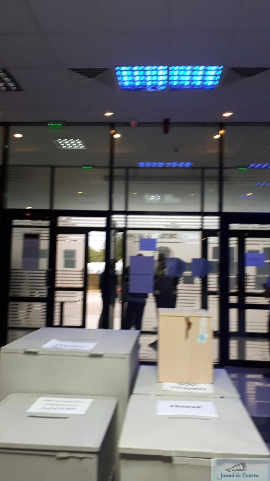 PNL Dolj : La Cârcea, alegătorii supravegheaţi ilegal în cabinele de vot 1