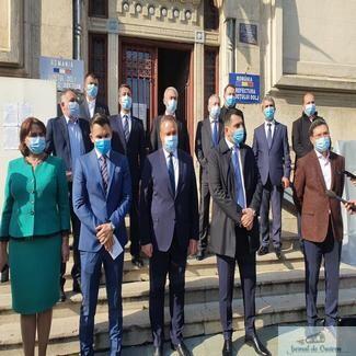 Nicolae Ciuca, ministrul Apararii si Ionut Stroe, ministrul Tineretului si Sportului au facut scurte declaratii de presa la depunerea listelor PNL Dolj pentru Alegerile Parlamentare
