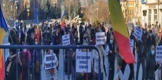 Comercianţii din Târgul Municipal Craiova au protestat în Piaţa Prefecturii
