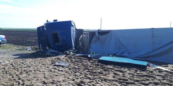 TIR ancarcat cu nisip răsturnat în Vrancea. Șoferul a rămas încarcerat