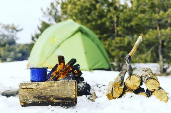 Iarna cu cortul: Ce trebuie să iei cu tine pentru o excursie de neuitat!
