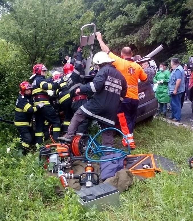 Grav accident cu patru victime! O mașină a intrat într-un tir, pe o șosea din Banat