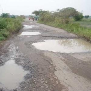 Foto: Salahsatu jalan di Kab. Simalungun yang tampak rusak dan berlubang.