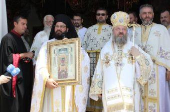 O icoană a Sf. Spiridon și o părticică din moaștele acestui sfânt, făcător de minuni, printre darurile cele mai de preț pe care le-a oferit Părintele Iustin (Grecia), preoților care slujesc la Catedrala Voluntari Edilul i-a dăruit PS Timotei, o icoană a Maicii Domnului cu Pruncul