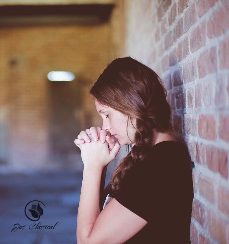 image of lady remembering Thanksgiving, giving thanks to God, praying