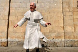 Papst auf Skateboard Pietrasanta