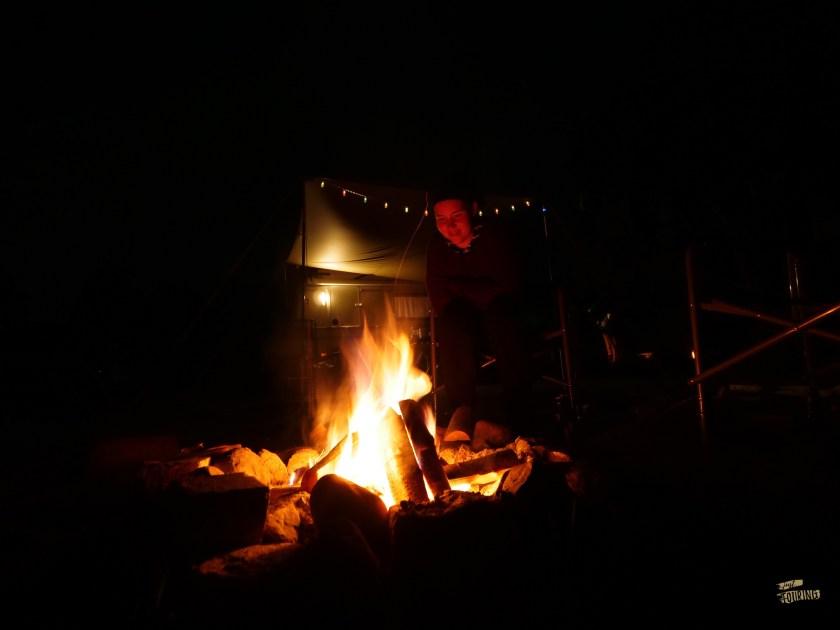 Puck mit Lagerfeuer bei Nacht