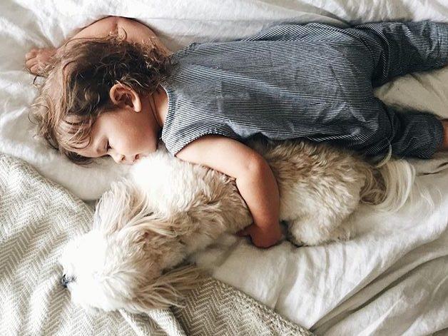 ogni-bambino-dovrebbe.-crescere-con-un-cane-bambini-e-animali-domestici-cani-mammeaspillo-just4mom