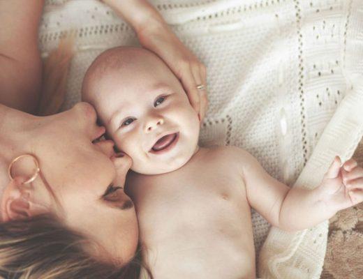 Il bambino usa il seno come un ciuccio: cosa fare in caso di allattamento continuo e su richiesta