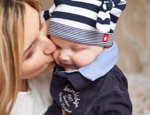 I neonati non andrebbero mai baciati: vi spieghiamo il perchè e tutti i rischi