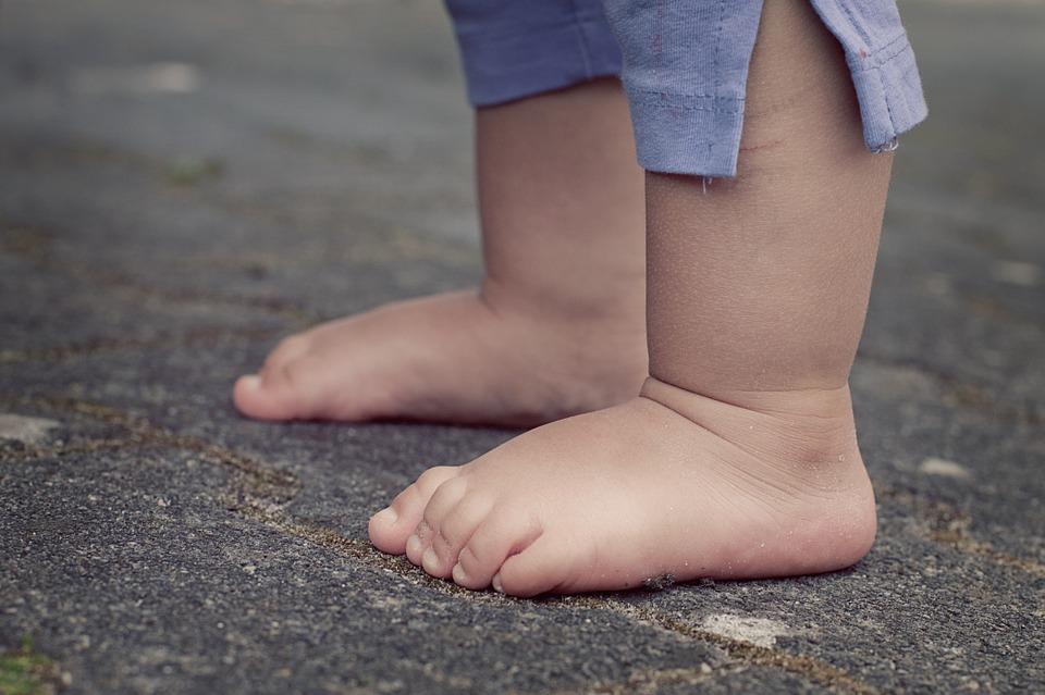 Bambini scalzi: ecco tutti i benefici nel camminare senza scarpe