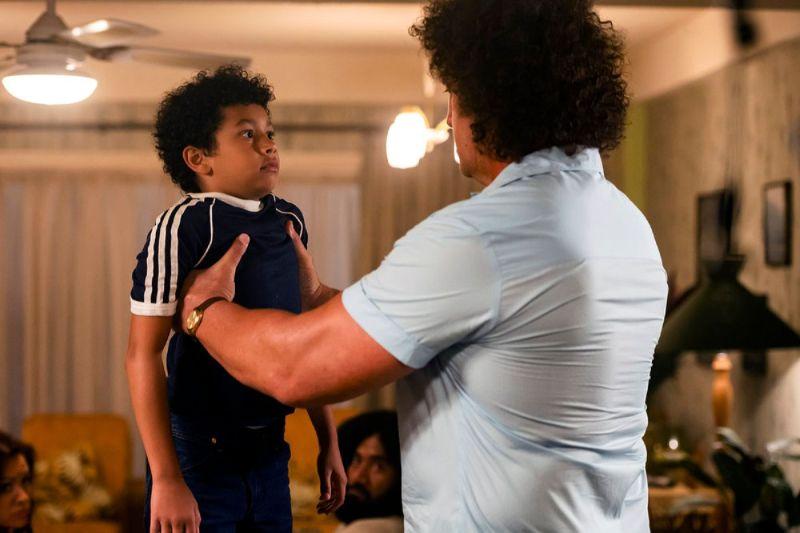 le jeune Dwayne Johnson et le catcheur André The Giant dans Young Rock