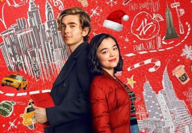 Dash et Lily sont dos à dos sur un fond rouge de Noël
