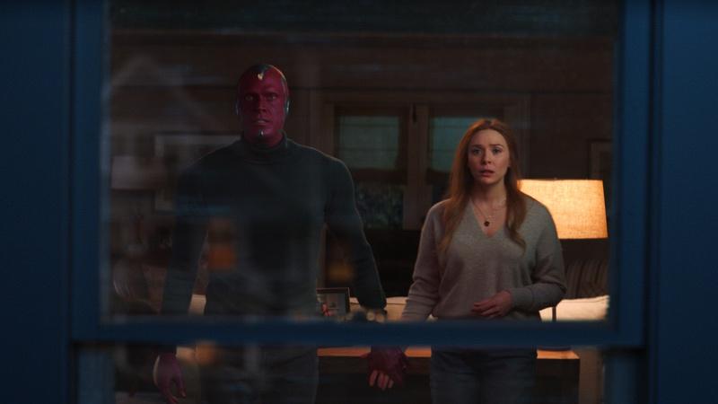 Wanda et Vision se tenant la main