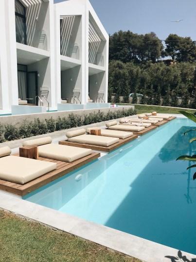 Zwembad dat grenst aan de Swim up