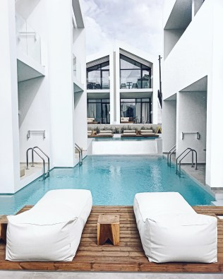 Swim up suites