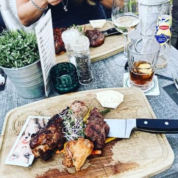 Meat lovers plate op het terras in Purmerend