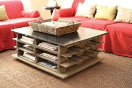 The galvanized top gives this pallet coffee table it's sophistication.